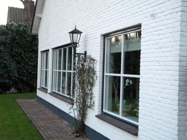 Combinatie van witte gesausde wanden en grijs schilderwerk voor kozijnen en deuren door - Een kamer in grijs en wit schilderen ...